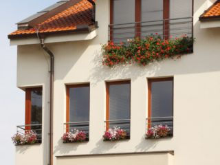 dřevohliníková okna ve městě