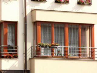 fotogalerie dřevěných, dřevohliníkových oken - dřevěná okna se zábradlím