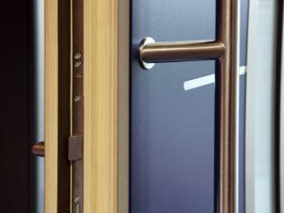 fotogalerie vchodových dveří - detail kování vchodových dveří