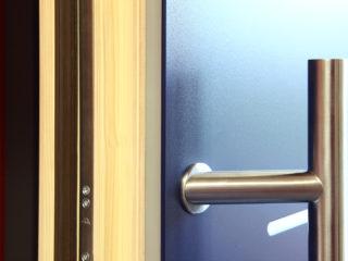 fotogalerie vchodových dveří - detail zavírání dveří - madlo