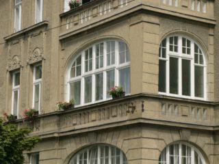 půloblouková dřevěná okna