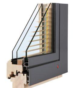 TTK triplex je dřevohliníkové okno zaskleno v dřevěném rámu dvojsklem a integrovanou žaluzií. Venkovní hliníkový rám je zasklen izolačním sklem.
