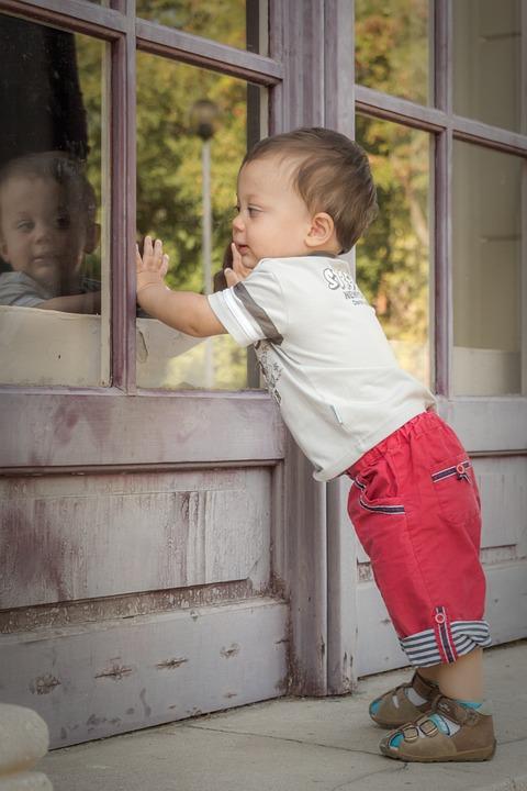 dítě u okna