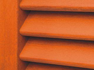 příslušenství-dřevěná okenice v detailní fotografii