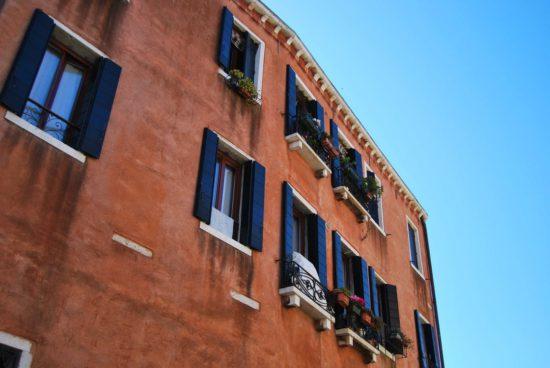 dům s okenicemi
